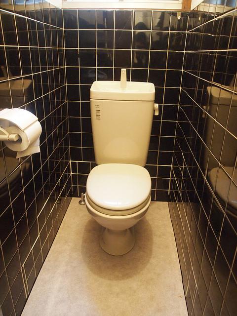 物件内のトイレは全て洋式。こちらは店舗部分。