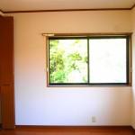 2階。窓からは木々が覗いています。