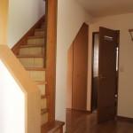 玄関入ってすぐ階段があります。
