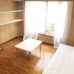 お部屋は板張り。家具付です。