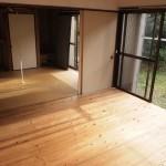 床は無垢材がDIYで打ち付けられています。(外観)