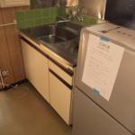 キッチンスペース。冷蔵庫もあります。