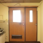 キッチンの横に扉がふたつ。