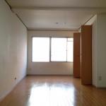 玄関をあけると14帖の洋室。広々として開放感があります。