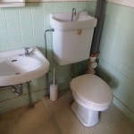トイレ。むき出しの配管がカッコイイ