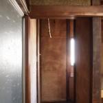 窓も木枠も壁も渋い。
