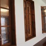 窓枠もアンティーク調でつくられています。
