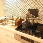 個性的なタイルのキッチン(キッチン)