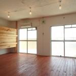 室内は漆喰と板張り、そしてワイヤーで釣らされた照明が特徴的。