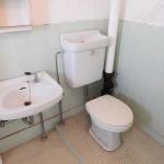 トイレ。むき出しの配管がカッコいい。