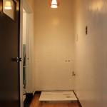 洗面台スペース。照明がレトロです。
