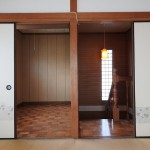 和室から階段と納戸をみたところ。左が納戸です。