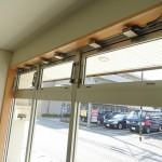 窓枠は木材で。換気用窓もついています。