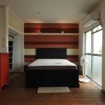 ベッドスペース。アクセントカラーの壁も素敵。