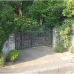 門構えから玄関までは少し距離があります。