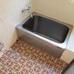 浴室。床タイルがレトロでかわいいですね