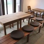 土間部分の机と椅子