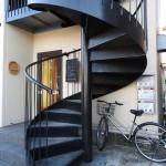 コイル状の階段が目印です。