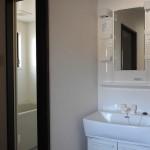 玄関すぐに洗面台と左手にトイレ