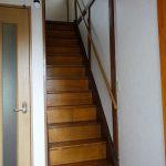 やや急な階段