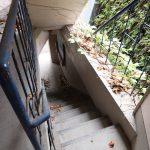 階段はレトロな手すりが可愛い