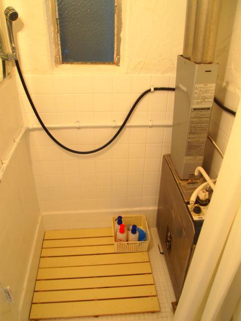 浴室。浴槽は撤去してシャワールームになっています。