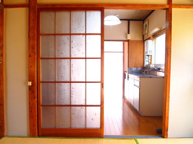 室内。擦りガラスに木枠がレトロ好きにはたまりません!