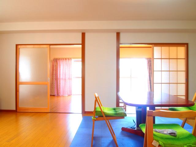 LDK。正面向かって右側が和室、左側が洋室。
