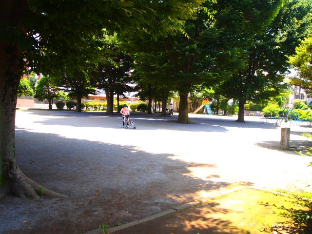 マンションのエントランスを出るとすぐに公園があります。