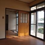 洋室からの玄関とバルコニーの眺め(居間)