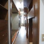 2段ベッドに挟まれた廊下