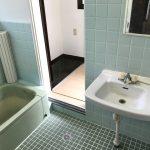 浴室は扉が2つあり、キッチンへ繋がっています